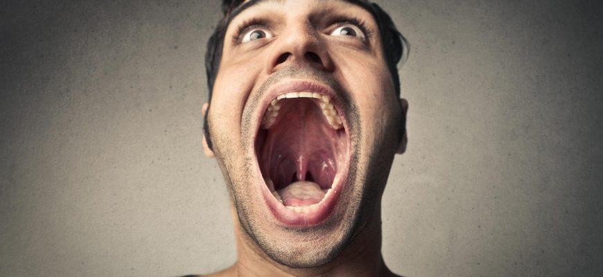мужчина с открытым ртом