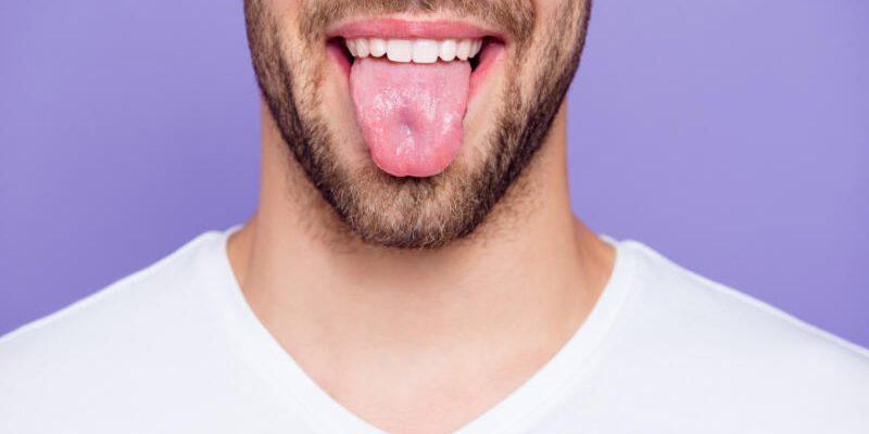 парень с высунутым языком