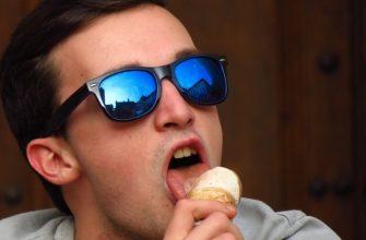 мужчина с мороженым